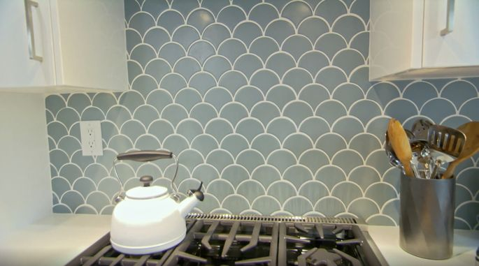 This backsplash gives off serious ocean vibes.