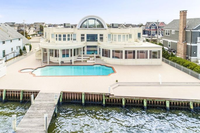 Joe Pesci's waterfront home