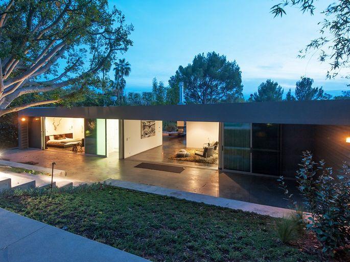 Zac-Efron-Hollywood-Hills-7861-WoodrowWilson-Dr15