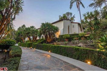 'Big Bang Theory' Star Buys Robert Pattinson's Mansion