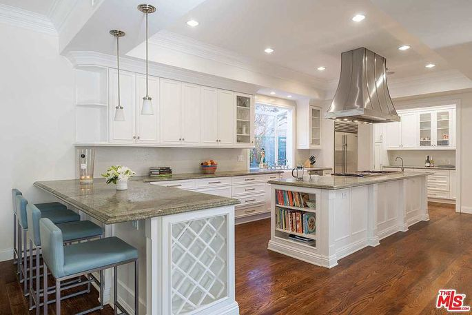 Chef's kitchen with island and peninsula