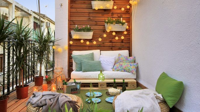 6 decor ideas to take your tiny balcony to new heights for Wanddeko balkon