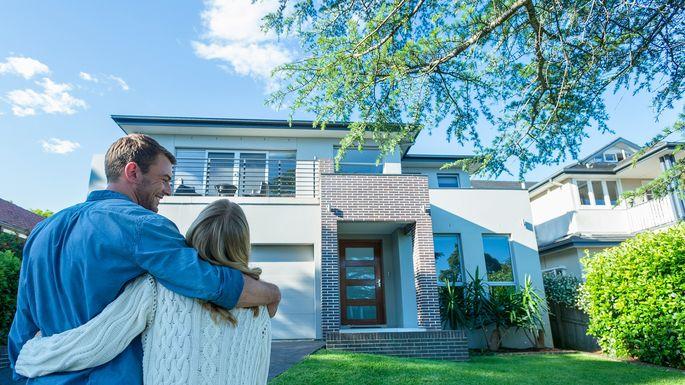 mortgage-guide-couple-outside