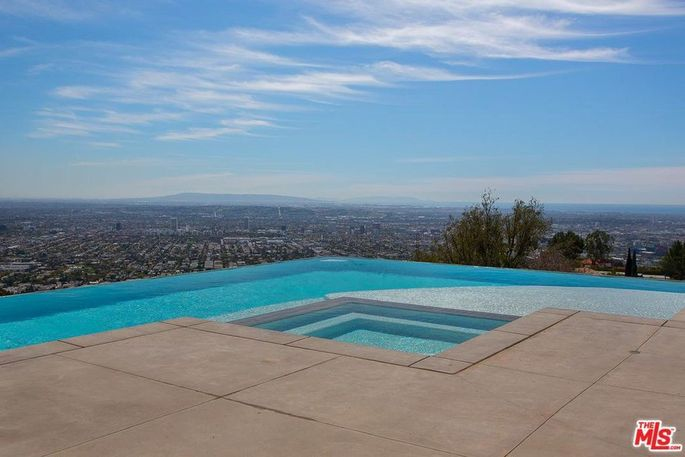 L-shaped infinity pool with views