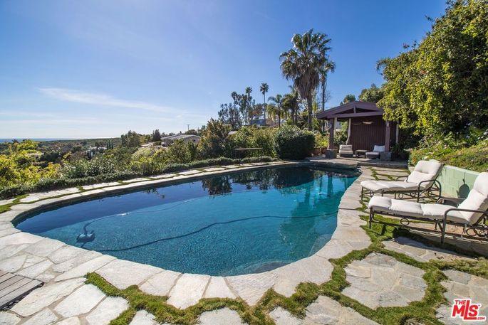 Robert Downey Jr  Buys Malibu Home Close to Iron Man's Mansion