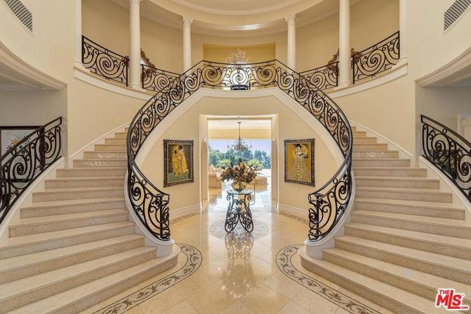Entry with double staircase