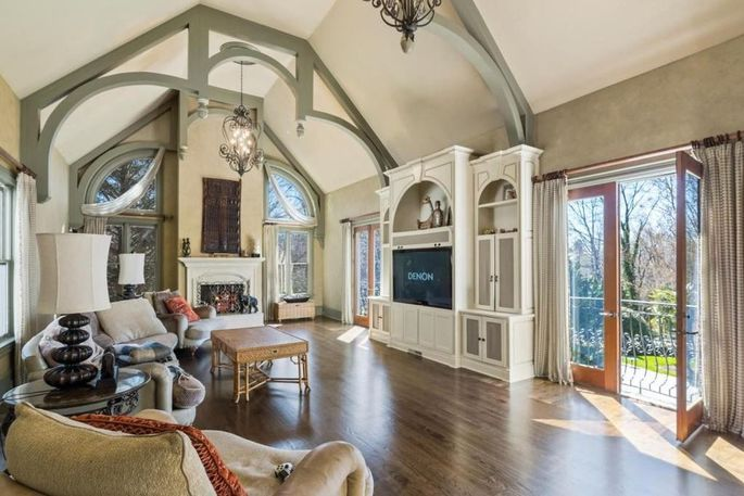 Keeping room with vaulted ceilings