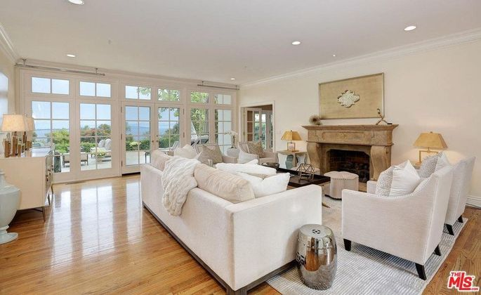 Living room that opens to the backyard
