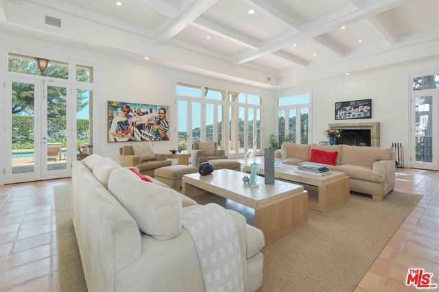 Living room that opens out to the pool