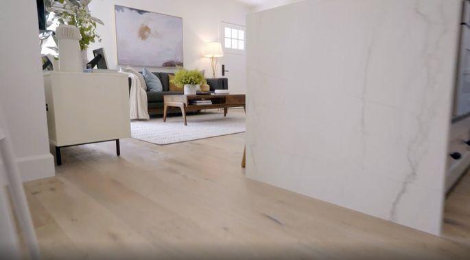 Ce revêtement de sol clair est parfait pour une petite maison.