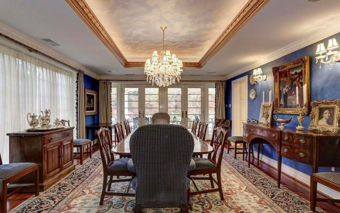 This formal dining room is absolutely stunning.