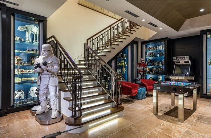 """Star Wars""–themed basement"