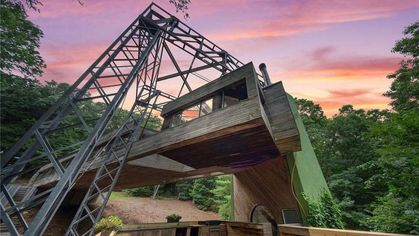Cedar Bridge House in Connecticut Hovers 50 Feet Above Ground