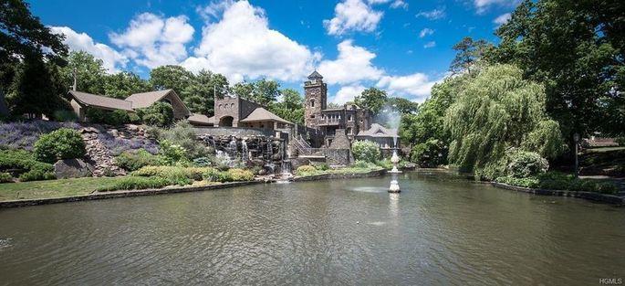 The lagoon inside the castle