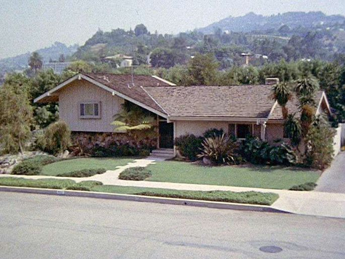 What 39 s a split level house a home for the 39 brady bunch for Split house