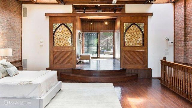 An interior shot of Chris Rock's apartment.