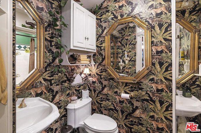 Jungle-vibe bathroom