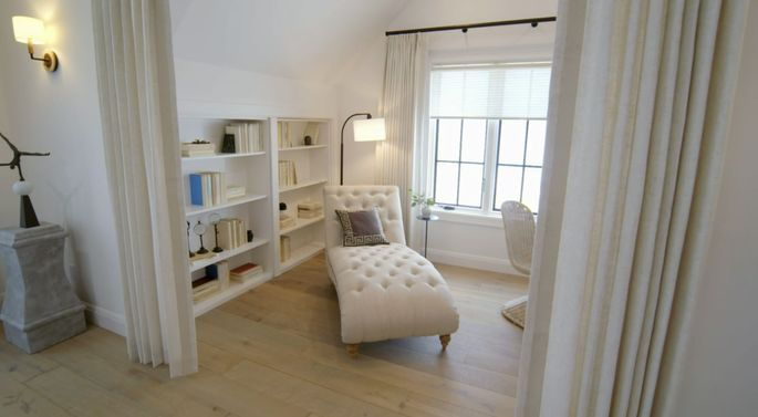 This sitting room is so elegant.