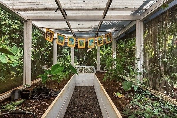 7 homes with greenhouses to make a garden grow for Walk in greenhouse big lots