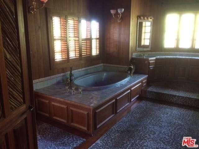 The master bath still looks quite luxurious