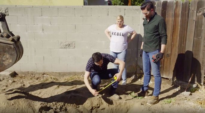 Rebel Wilson helps Drew and Jonathan dig a pool.