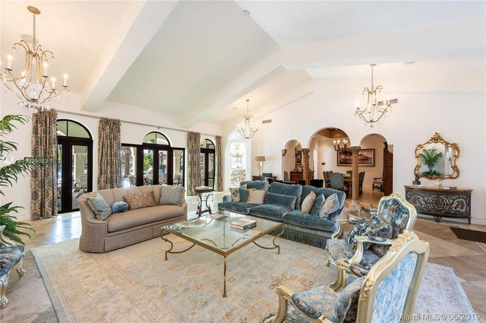 Living room with volume ceilings