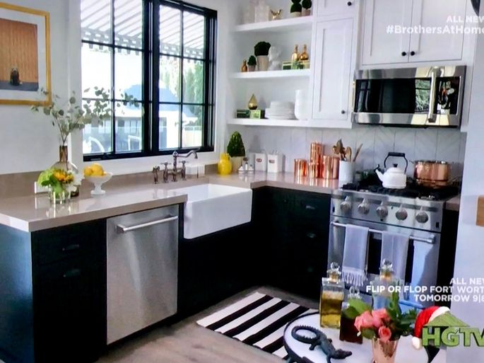 mini kitchen in Jonathan's guest suite at Drew's honeymoon house - Shop Drew's Honeymoon House {Jonathan's Guest Suite} #blackandwhitekitchen #PropertyBrothers
