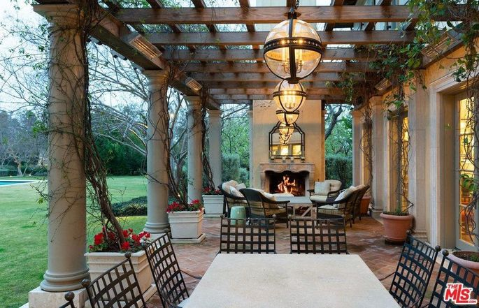 Outdoor dining and fireplace