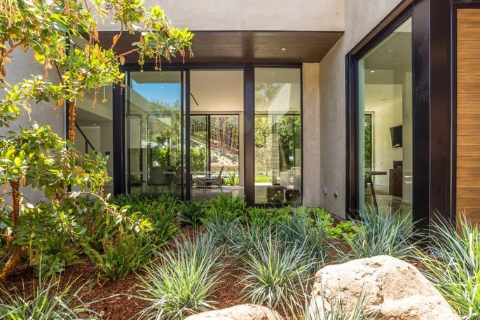 Peace-creating courtyard