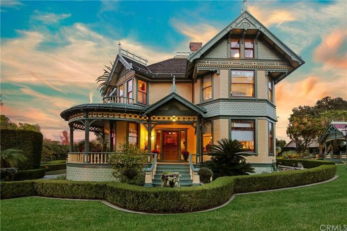What Is A Queen Anne Victorian Defining This Architecture Style Realtor Com