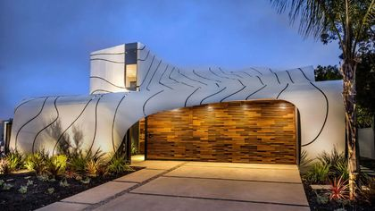 Undulating and Fascinating Wave House in Venice Is a Dreamy Domicile