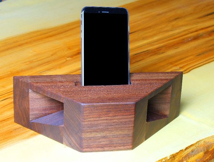 Phone amplifier and charging station