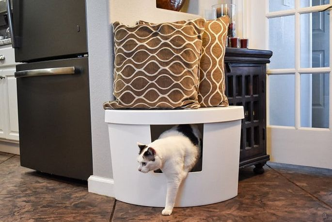 Perfect for small spaces, this litter box fits into any corner of your home.