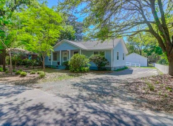 Angela Caban bought this South Carolina home online just from this listing photo.