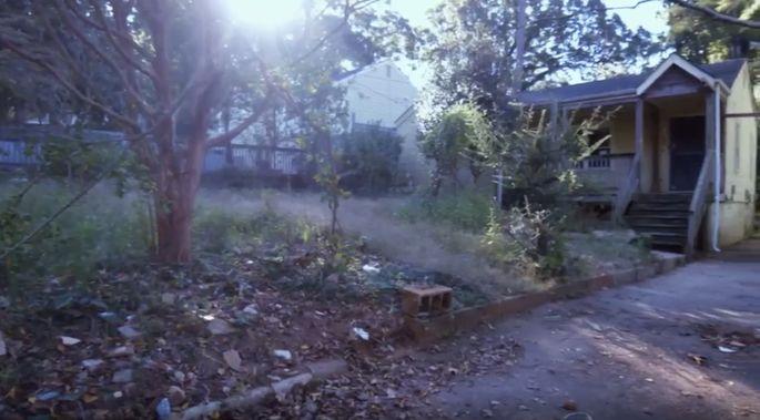 Avant: Cette cour avant devait être nettoyée.