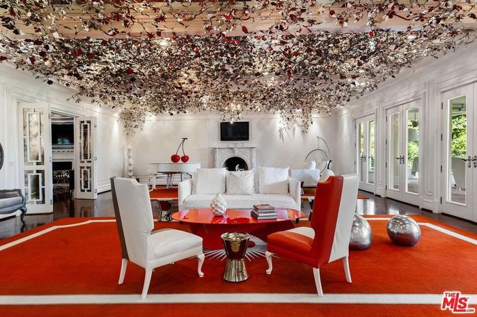 Sitting room with shimmering floral ceiling