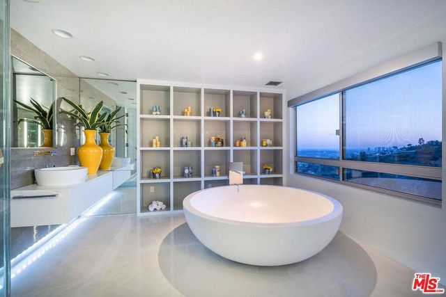 Main bathroom in Cassavetes Hollywood home