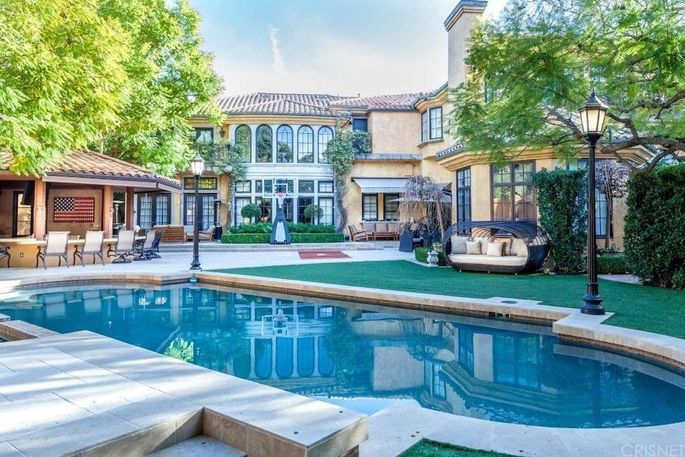 Charlie sheen 39 s beverly hills party pad now on the rental for Hollywood mansion party rental