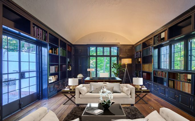 Sinclair Lewis added this library to the Bronxville home.