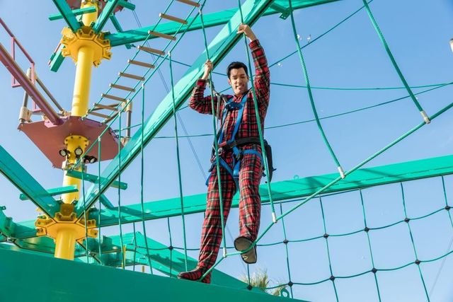 Since Drew loses the challenge, he has to do a ropes course in brother J.D.'s onesie!