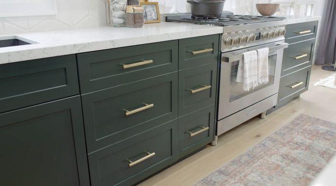 Ces armoires vertes sont parfaites pour cette cuisine.