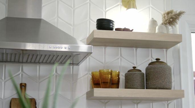 Ce dosseret élégant ajoute de la texture à la cuisine.