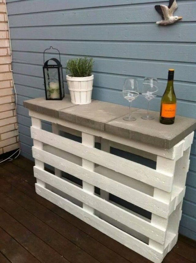 Drinks are served! This DIY pallet bar can also double as a prep space.