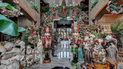 Deck the Halls! It's a Christmas Explosion in This New Jersey Mansion