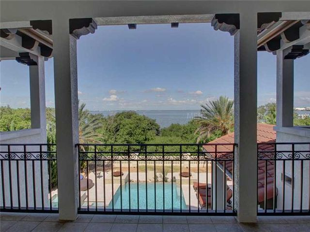 rob-gronkowski-sells-party-mansion-in-tampa-15