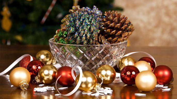 Glam pine cones