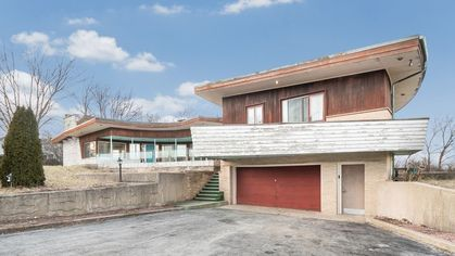 Midcentury Fixer-Upper in Illinois Is a Huge Project With Gigantic Potential