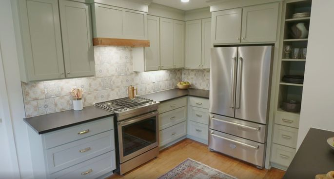 The tile goes perfectly with the cabinets.