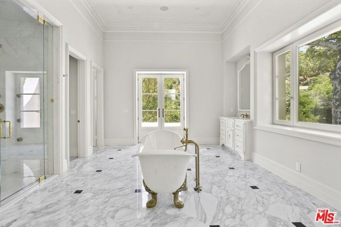 En suite bath with clawfoot tub