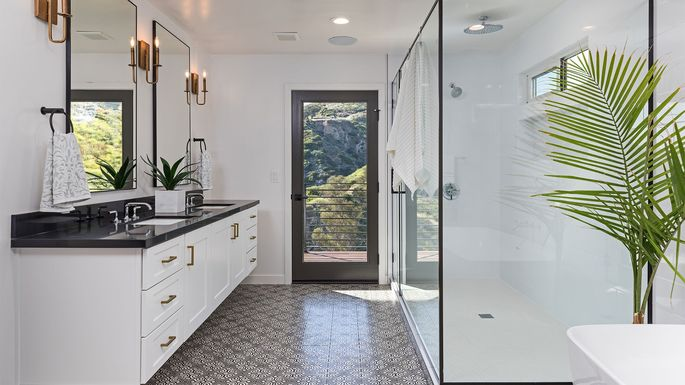 Give Your Guest Bathroom A Glam Makeover With These 5 Design Tricks